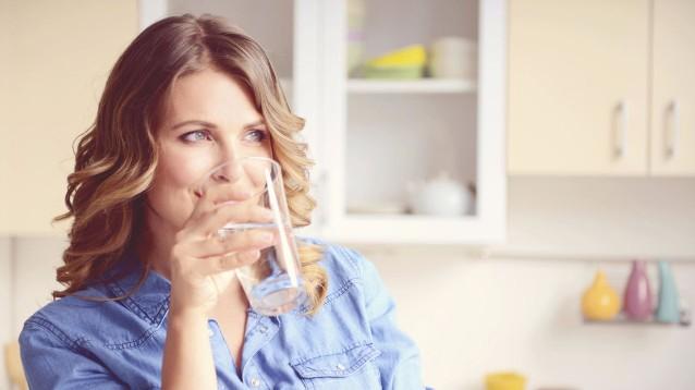Ecco perché devi bere acqua a stomaco vuoto subito dopo esserti svegliato